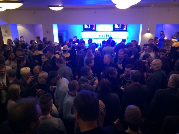 God stemning i baren. Litt for god stemning i salen.